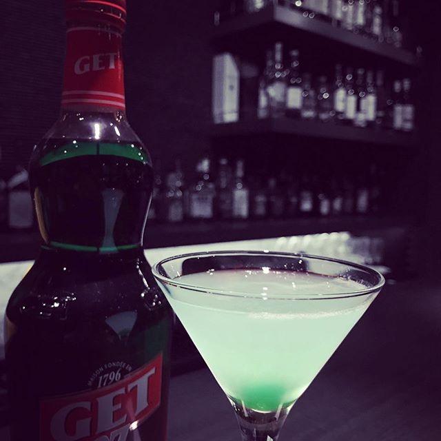 ミントのリキュールを使ったカクテル「JADEジェイド」(翡翠)雨で湿った気分を吹き飛ばしてくれる、爽やかなカクテルはいかがでしょうか#bar#johndoe#cocktails #jade #shimokitazawa #下北沢#バー #カウンター #隠れ家 #1人呑み #大人 #whiskey #bourbon #バーボン #new #open #南西口 - from Instagram