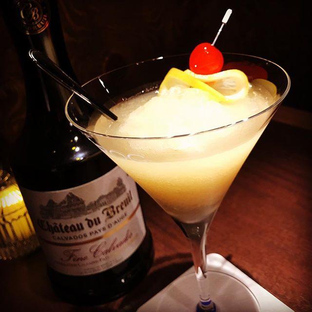 王林リンゴを使ったフローズンカクテルレモンも入ってスッキリと食後にいかがでしょう?#bar #johndoe #shimokitazawa #whiskey #cocktails #foods #pasta #bourbon #new #open #下北沢 #南西口 #バー #ウイスキー #1人呑み #隠れ家 #静か #バーボン #カウンター #カクテル #ワイン #パスタ #グラタン #食事 #山口県 #地ビール#19:00から #朝6:00まで#apple #frozen #リンゴ#フローズン #スッキリ #青森#王林 - from Instagram