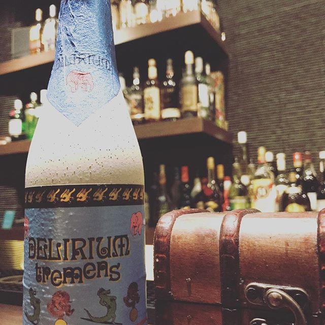 デリリウムトレメンス ベルギーのストロングエールです。8.5%とアルコール度数は高めですが、それを感じさせないフルーティーな飲みやすさです。酔っ払うと、このピンクの像が見えてくるらしいですよ( *´艸`) #bar #johndoe #shimokitazawa #whiskey #cocktails #foods #pasta #bourbon #new #open #下北沢 #南西口 #バー #ウイスキー #1人呑み #隠れ家 #静か #バーボン #カウンター #カクテル #ワイン #食事 #19:00から #朝6:00まで#beer #ale #delirium #tremens#ビール#デリリウムトレメンス - from Instagram