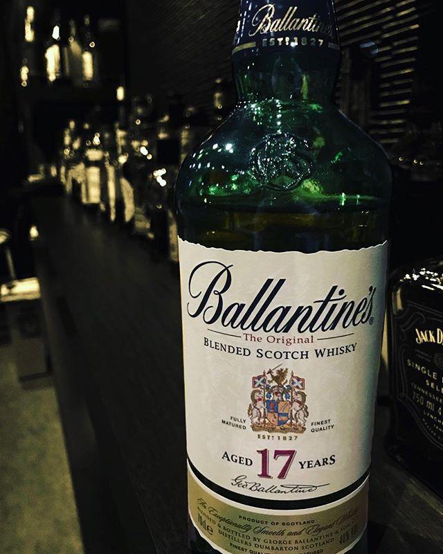 ブレンデッドスコッチウイスキー「バランタイン 17年」バランタインはブレンデッド・スコッチの代名詞的な存在。モルト、グレーンともに最低でも17年以上の長期熟成原酒を40種類ほど使用しており、華やかで円やかな味わいが特徴の贅沢なブレンデッドスコッチウイスキーです。#bar #johndoe #shimokitazawa #whiskey #cocktails #beer #wine #foods #pasta #bourbon #new #下北沢 #南西口 #バー #1人呑み #隠れ家 #カクテル #ワイン #パスタ #グラタン #食事 #山口県 #二次会 #デート #深夜営業 #貸切 #ballantines17 #バランタイン #ブレンデッドウイスキー本日の下北沢BarJohnDoe