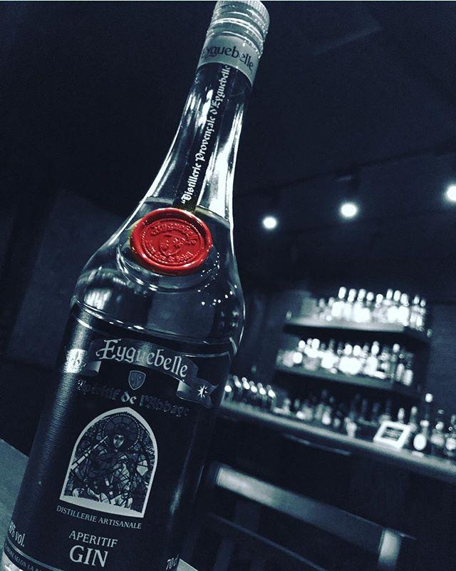 「エギュベル ジン」南フランス、エギュベル修道院で作られているジンです。アルコールの刺激のないマイルドな酒質で、ジュニパーベリーの香味が強く、甘やかな香りが残ります。#bar #johndoe #shimokitazawa #whiskey #cocktails #beer #wine #foods #pasta #bourbon #new #下北沢 #南西口 #バー #1人呑み #隠れ家 #カクテル #ワイン #パスタ #グラタン #食事 #山口県 #二次会 #デート #深夜営業 #貸切#eyguebelle #gin #エギュベル #マイルドで女性的本日の下北沢BarJohnDoe