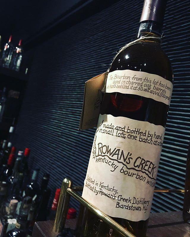 「ローワンズクリーク」ノアーズミルと同じ、ケンタッキー・バーボン・ディスティラーズ社(ウィレット蒸留所)のバーボンです。ノアーズミルより少しライトな感じ。洋梨、レモン、ハニー、などのニュアンスで余韻も長い。是非一度!#bar #johndoe #shimokitazawa #whiskey #cocktails #beer #wine #foods #pasta #bourbon #new #下北沢 #南西口 #バー #1人呑み #隠れ家 #カクテル #ワイン #パスタ #グラタン #食事 #山口県 #二次会 #デート #深夜営業 #貸切#rowanscreek #ローワンズクリーク#妹分本日の下北沢BarJohnDoe