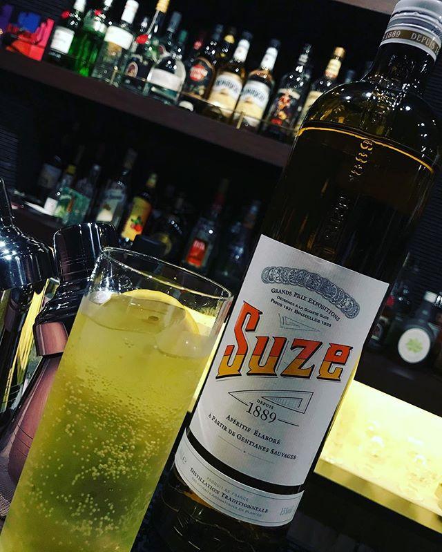 「スーズ」苦味と甘味のバランスが良く、フランスでは食前酒として飲まれているハーブリキュールです。トニックとレモンで。#bar #johndoe #shimokitazawa #whiskey #cocktails #beer #wine #foods #pasta #bourbon #new #下北沢 #南西口 #バー #1人呑み #隠れ家 #カクテル #ワイン #パスタ #グラタン #食事 #山口県 #二次会 #デート #深夜営業 #貸切#suze #スーズ#ほろ苦い#フランス製本日の下北沢BarJohnDoe