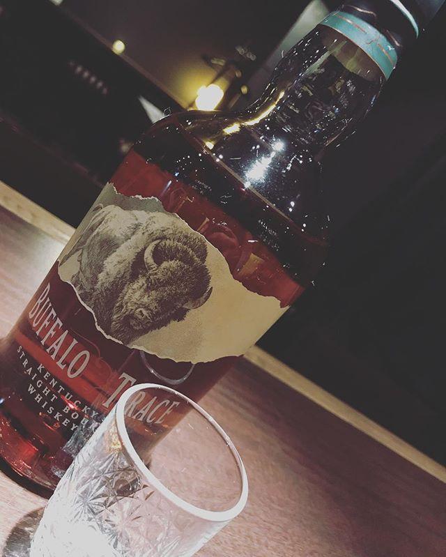 「バッファロートレイス」あの、ブラントンと同じ蒸溜所。コーン80%、ライ麦10%、大麦麦芽10%。8年以上熟成させた樽を厳選したバーボンです。#bar #johndoe #shimokitazawa #whiskey #cocktails #beer #wine #foods #pasta #bourbon #new #下北沢 #南西口 #バー #1人呑み #隠れ家 #カクテル #ワイン #パスタ #グラタン #食事 #山口県 #二次会 #デート #深夜営業 #貸切#buffalotrace #バッファロートレイス#ブラントン #イーグルレア本日の下北沢BarJohnDoe
