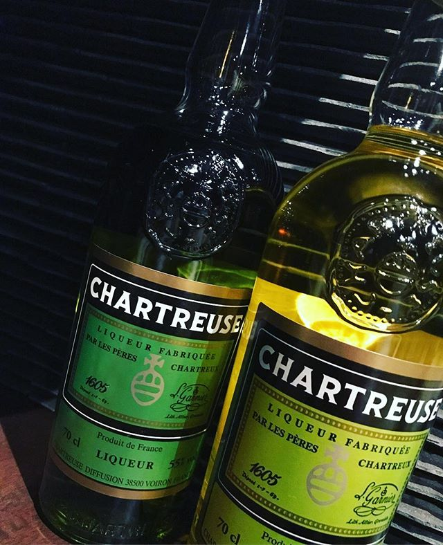 「シャルトリューズ」フランスを代表するリキュールのひとつです。リキュールの女王とも。ストレートやロックでも美味しいですよ。カクテルでは、「アラスカ」が有名ですね(^-^) #bar #johndoe #shimokitazawa #whiskey #cocktails #beer #wine #foods #pasta #bourbon #new #下北沢 #南西口 #バー #1人呑み #隠れ家 #カクテル #ワイン #パスタ #グラタン #食事 #山口県 #二次会 #デート #深夜営業 #貸切#chartreuse #シャルトリューズ#ヴェール #ジョーヌ本日の下北沢BarJohnDoe