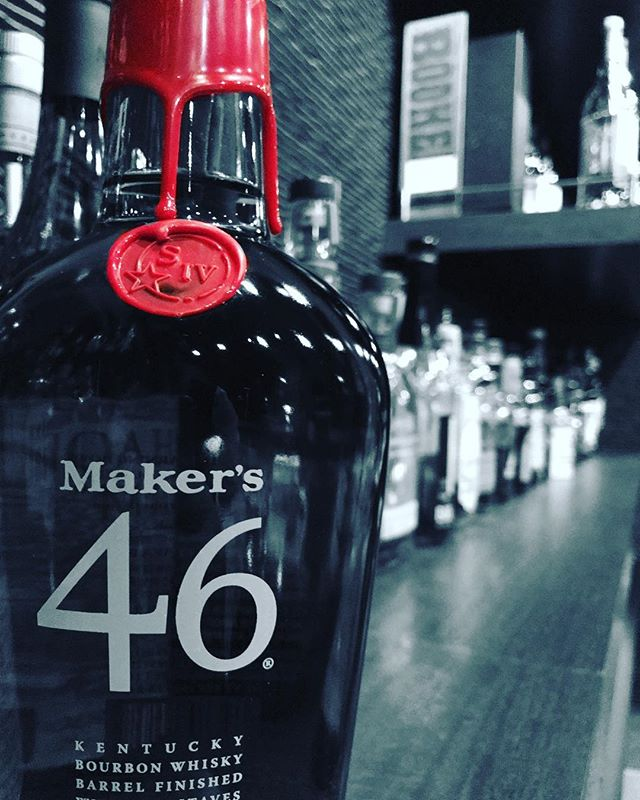 """「メーカーズマーク46」入荷しました!熟成した原酒樽の中に """"インナーステイブ""""とよばれる焦がしたフレンチオークの板を10本沈め、数ケ月間後熟。""""インナーステイブ""""由来のキャラメルやバニラの甘い香りと樽由来の熟成香が絶妙に調和した、厚みのある味わいが特長です。#bar #johndoe #shimokitazawa #whiskey #cocktails #beer #wine #foods #pasta #bourbon #new #下北沢 #南西口 #バー #1人呑み #隠れ家 #カクテル #ワイン #パスタ #グラタン #食事 #山口県 #二次会 #デート #深夜営業 #貸切#makersmark #46 #メーカーズマーク #入荷本日の下北沢BarJohnDoe"""