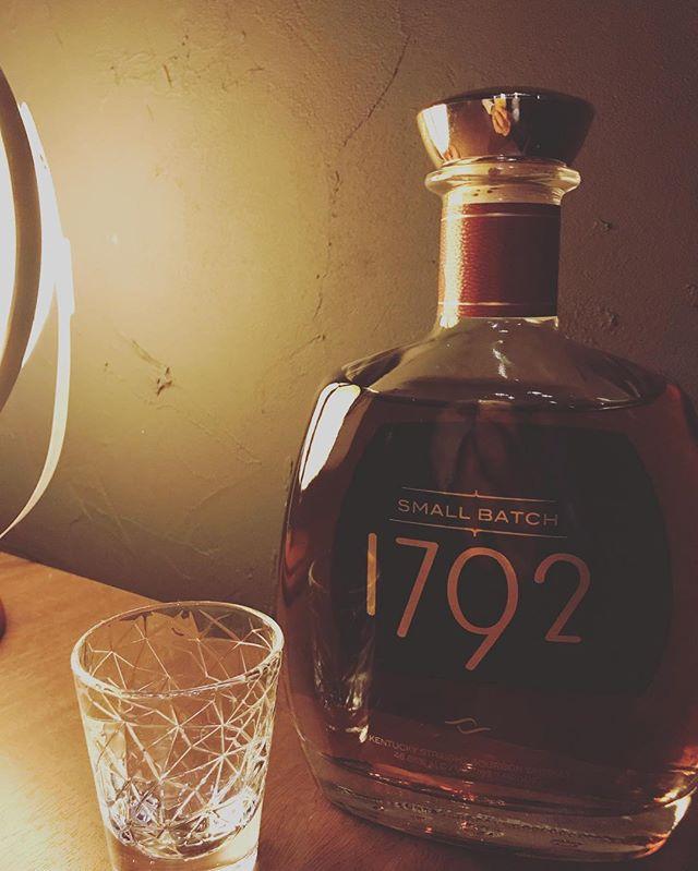 「1792 Small Batch」ケンタッキーがアメリカで15番目の州となった年を表しています。豊かなでまろやかな味わいは、毎年9月に開催されるケンタッキー・バーボン・フェスティバルの公式バーボンとしてもその実力を認められています。#bar #johndoe #shimokitazawa #whiskey #cocktails #beer #wine #foods #pasta #bourbon #new #下北沢 #南西口 #バー #1人呑み #隠れ家 #カクテル #ワイン #パスタ #グラタン #食事 #山口県 #二次会 #デート #深夜営業 #貸切#1792 #smallbatch #スモールバッチ #ケンタッキー本日の下北沢BarJohnDoe