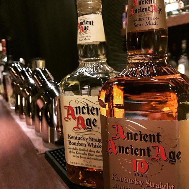 「エンシェント エイジ 10スター」いわゆる、「AAA トリプルエー」です。入荷しました!飲み比べてみるも楽しいかも(^-^) #bar #johndoe #shimokitazawa #whiskey #cocktails #beer #wine #foods #pasta #bourbon #new #下北沢 #南西口 #バー #1人呑み #隠れ家 #カクテル #ワイン #パスタ #グラタン #食事 #山口県 #二次会 #デート #深夜営業 #貸切#ancientage #エンシェントエイジ #aaa #トリプルエー本日の下北沢BarJohnDoe