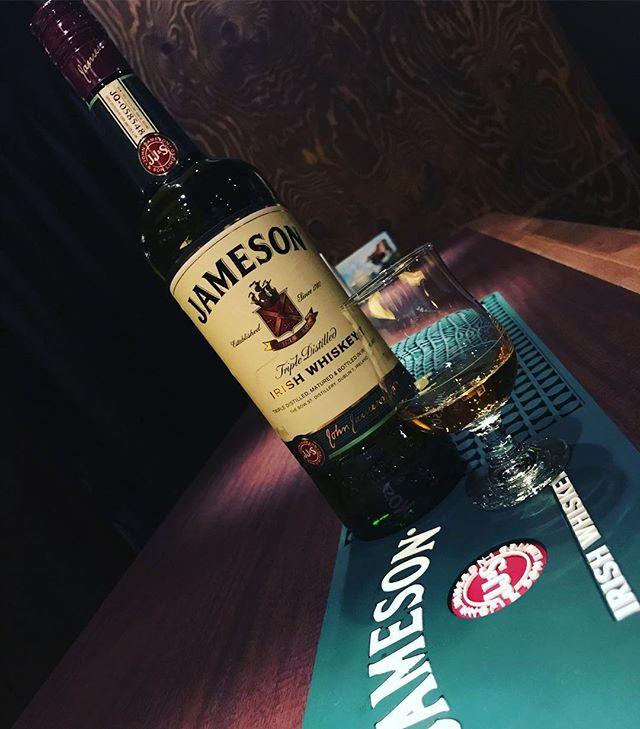 「JAMESON ジェムソン」アイリッシュウイスキー。通常のスコッチウイスキーは2回蒸留であるのに対し、ジェムソンは3回蒸留させ、樽熟成させることにより、スムースな飲み口でまろやかな味わいに仕上がっています。密閉炉でじっくりと、ピートを使わず乾かされた大麦の豊かな香味もお楽しみいただけます。#bar #johndoe #shimokitazawa #whiskey #cocktails #beer #wine #foods #pasta #bourbon #new #下北沢 #南西口 #バー #1人呑み #隠れ家 #カクテル #ワイン #パスタ #グラタン #食事 #山口県 #二次会 #デート #深夜営業 #貸切#jameson #ジェムソン #irishwhiskey #アイルランド本日の下北沢BarJohnDoe
