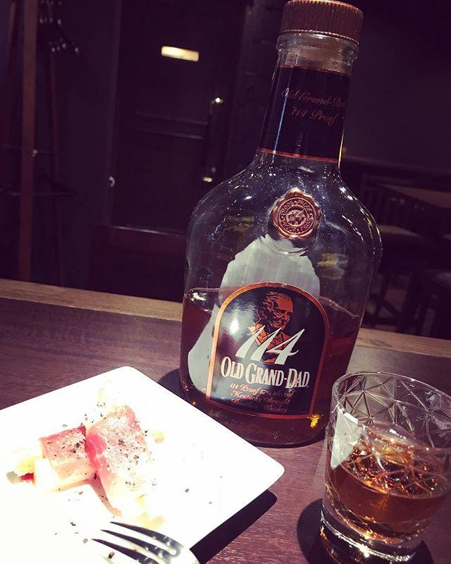 本日は「ホワイトアスパラの生ハム巻き」をお通しでご用意しております(*'ω'*)心よりお待ちしております。#bar #johndoe #shimokitazawa #whiskey #cocktails #beer #wine #foods #pasta #bourbon #new #下北沢 #南西口 #バー #1人呑み #隠れ家 #カクテル #ワイン #パスタ #グラタン #食事 #山口県 #二次会 #デート #深夜営業 #貸切#アスパラ #生ハム #oldgranddad #rawham本日の下北沢BarJohnDoe
