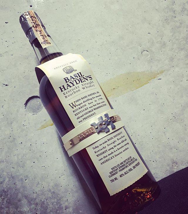 「ベイゼルヘイデン」ベイゼル ヘイデンとは、1796年にケンタッキーに入植しバーボンの蒸溜をはじめた人物です。ライ麦の使用比率が高く、長期熟成を経た独特で奥深い味わい。スパイシーなライ麦の心地よいフレーバーをお愉しみください。#bar #johndoe #shimokitazawa #whiskey #cocktails #beer #wine #foods #pasta #bourbon #new #下北沢 #南西口 #バー #1人呑み #隠れ家 #カクテル #ワイン #パスタ #グラタン #食事 #山口県 #二次会 #デート #深夜営業 #貸切 #basilhaydens #ベイゼルヘイデン #ライ麦 #8年熟成本日の下北沢BarJohnDoe