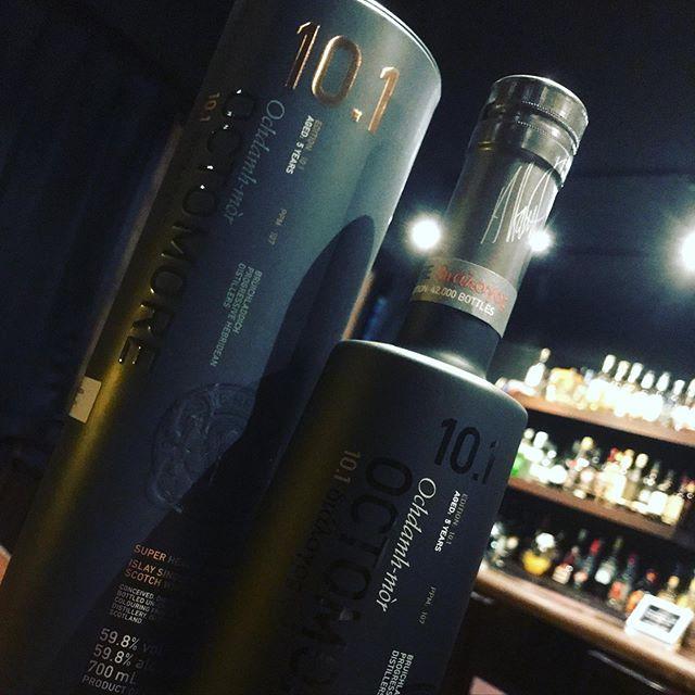 「OCTOMORE 10.1  オクトモア 10.1 スコティッシュバーレイ」入荷しました!アメリカンウイスキーのオーク樽だけを用いて5年熟成したモノです。呑まれてない方は是非!#bar #johndoe #shimokitazawa #whiskey #cocktails #beer #wine #foods #pasta #下北沢 #南西口 #バー #1人呑み #隠れ家 #カクテル #ワイン #パスタ #グラタン #食事 #山口県 #二次会 #深夜営業 #貸切#octomore #オクトモア #スコティッシュ #107ppm本日の下北沢BarJohnDoe