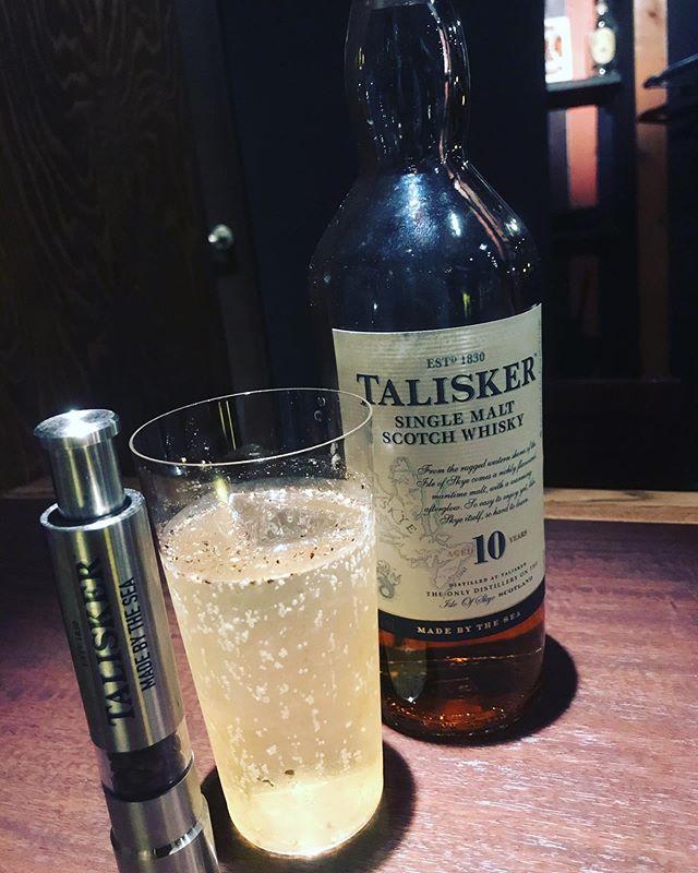 「TALISKER スパイシーハイボール」タリスカーのソーダ割に黒胡椒を少しふりかけて、より爽やかな味わいです。ジメジメした日には爽やかなスパイシーハイボールはいかがでしょうか?#bar #johndoe #shimokitazawa #whiskey #cocktails #beer #wine #foods #pasta #下北沢 #南西口 #バー #1人呑み #隠れ家 #カクテル #ワイン #パスタ #グラタン #食事 #山口県 #二次会 #デート #深夜営業 #貸切#talisker#タリスカー#スパイシーハイボール#黒胡椒本日の下北沢BarJohnDoe