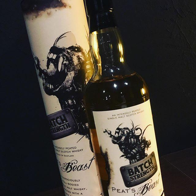 「PEAT'S Beast  ピーツビースト バッチストレングス」 「ピートの野獣」の名前が付けられた蒸溜所不明のシングルモルトです。ラベルのビーストは世界的に有名なアーティストでありイラストレーターのダグ・アルベスによりデザイン。ビーストが吹き出したでラベルが焼け焦げてます(^-^) #bar #johndoe #shimokitazawa #whiskey #cocktails #beer #wine #foods #pasta #下北沢 #南西口 #バー #1人呑み #隠れ家 #カクテル #ワイン #パスタ #グラタン #山口県 #二次会 #デート #深夜営業 #貸切#peat's beast#ピーツビースト#ダグアルベス #ピートの野獣#中身は何かな?本日の下北沢BarJohnDoe